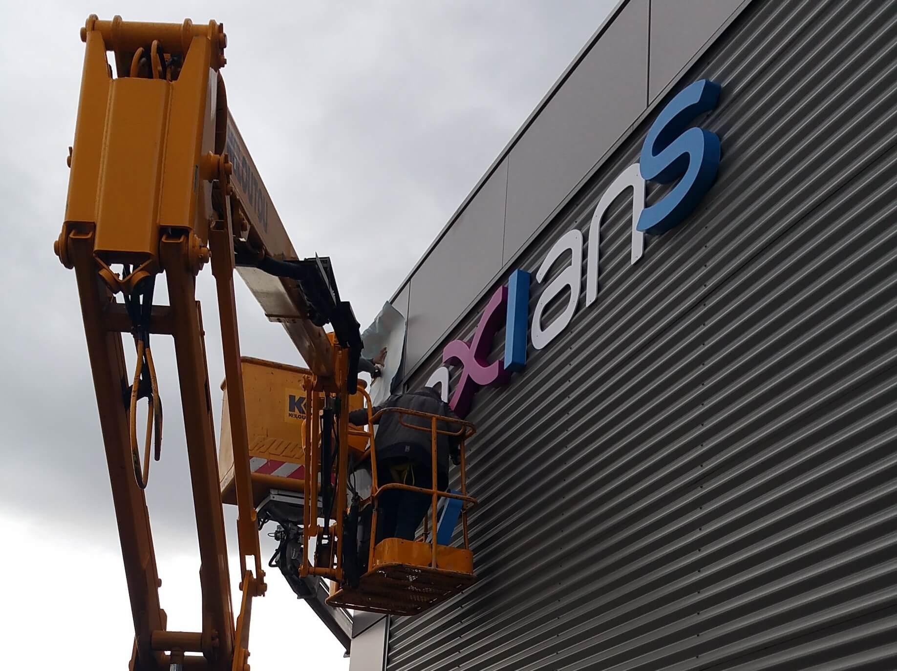 Installation enseigne lumineuse Axians Lyon -SES Lyon Grigny- Enseigniste